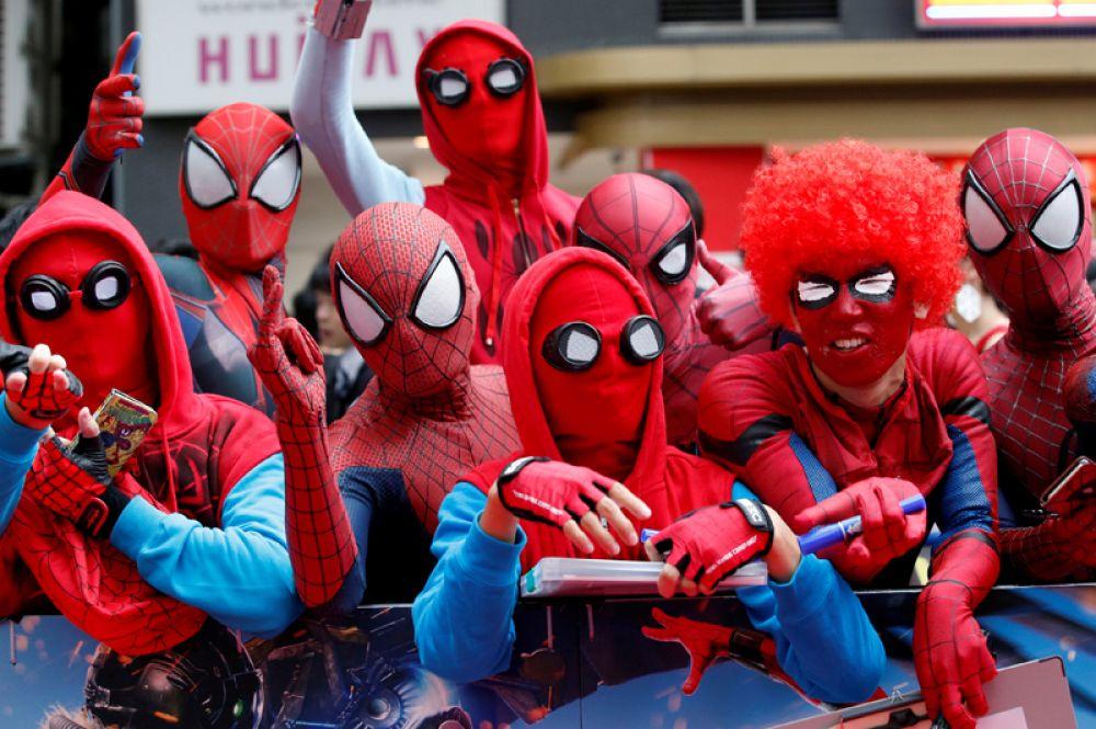 7 августа. Поклонники в костюмах Человека-паука ждут прибытия актера Тома Холланда и режиссера Джона Уоттса во время премьеры «Человек-паук: возвращение домой» в Токио, Япония.