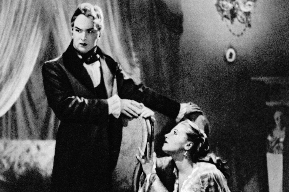 Тамара Макарова в роли Нины и Николай Мордвинов в роли Арбенина в фильме «Маскарад». 1941 год.