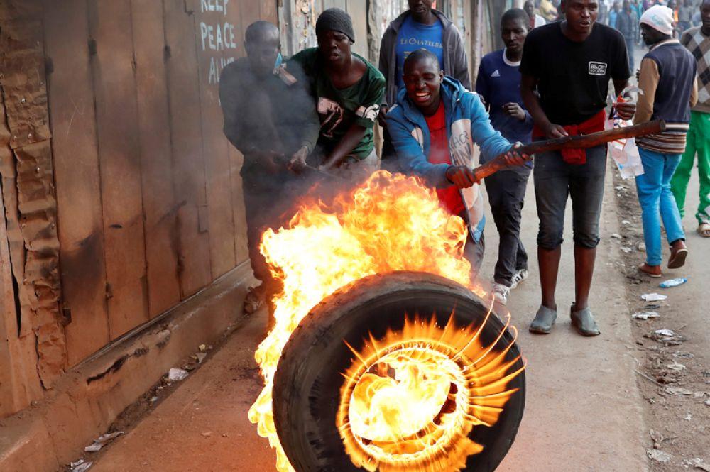 9 августа. Сторонники лидера оппозиции Раилы Одинга протестуют после всеобщих выборов в Найроби, Кения.
