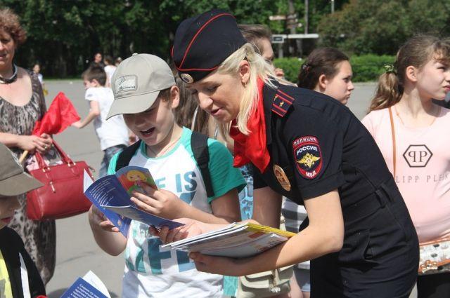 Полицейские проводят информационные акции для юных пешеходов.