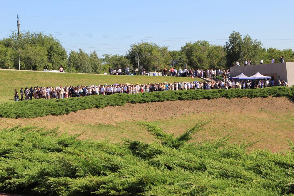 Сотни людей прошли по маршруту тех, которых 75 лет назад гитлеровцы вели на расстрел. Поэтому мероприятие называется «Марш живых».