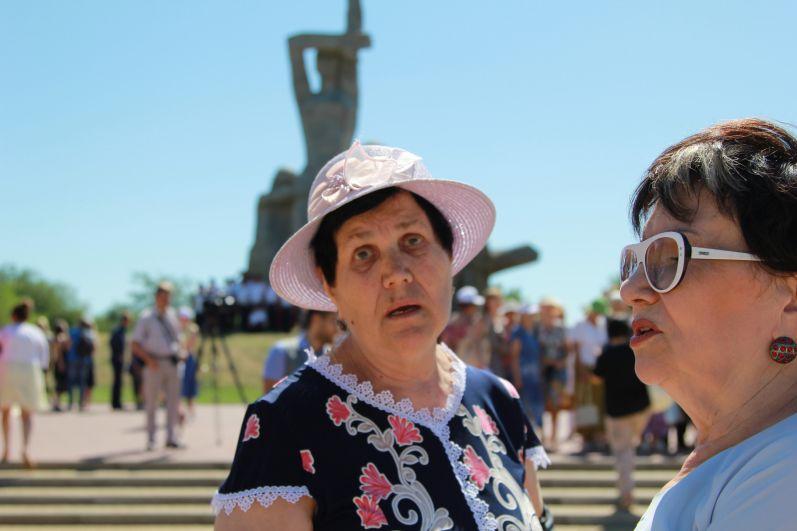 78-летняя Валентина Кириенко была здесь трехлетней девочкой, но её от расстрела спас немецкий солдат Ганус. Родителей расстреляли здесь фашисты.