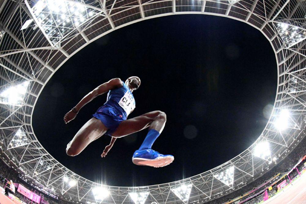 10 августа. Чемпионат мира по легкой атлетике. Американец Уилл Клэй выступает в соревнованиях в тройном прыжке.