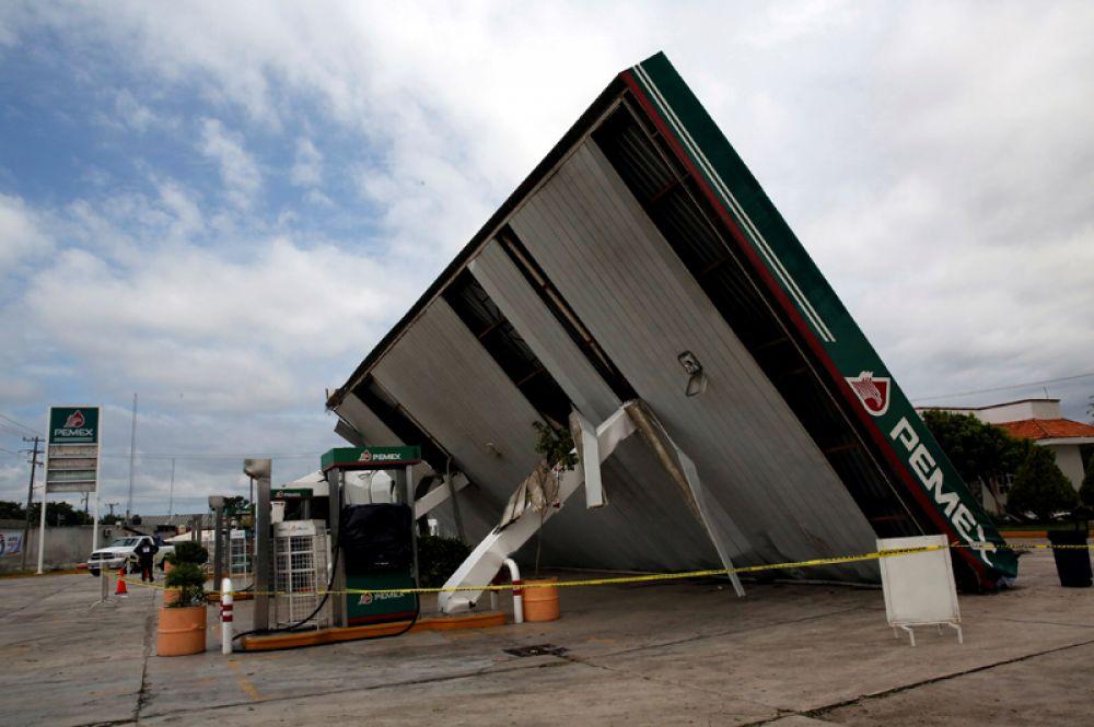 Разрушенная бензозаправка Pemex после урагана «Франклин» в городе Вильянуэва в штате Веракрус.