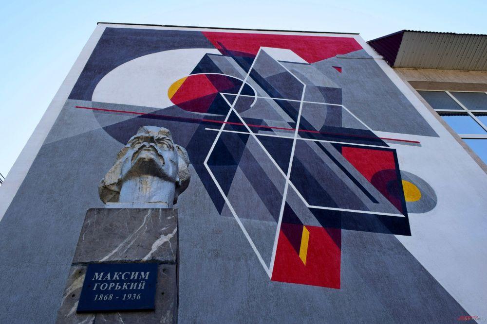 На фасаде супрематическую картину изобразил пост-граффити художник Петр Perto из подмосковного Жуковского.