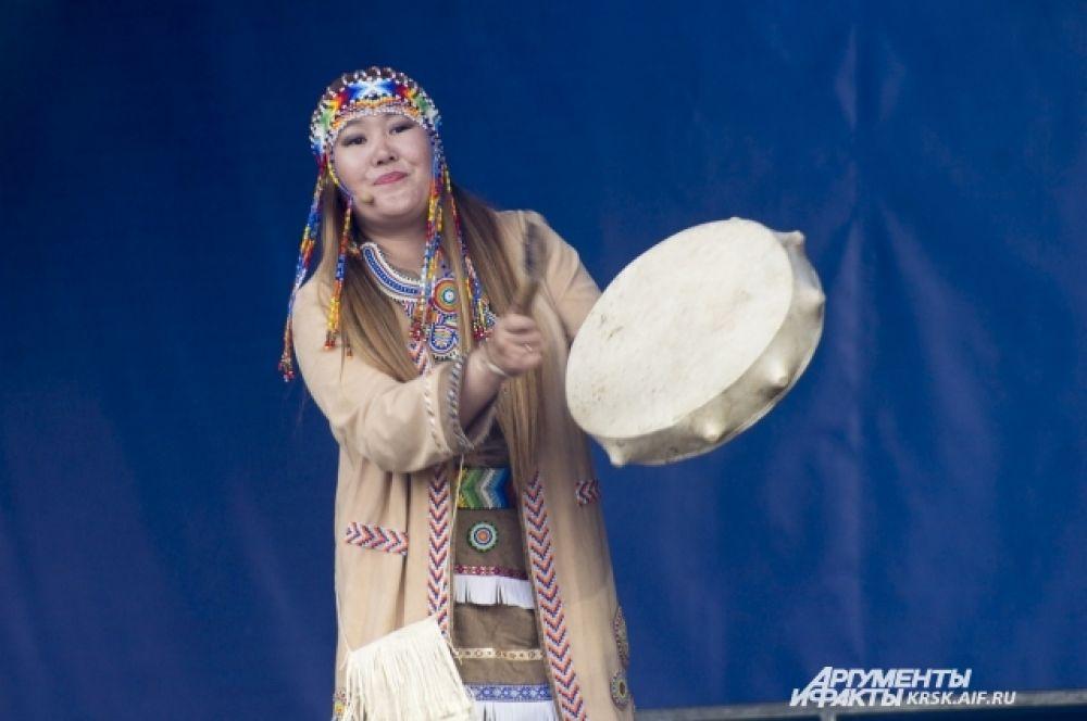 Артистка из Якутии играет на бубне.