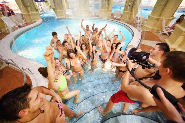 Аквапарк – отличный вариант для тех, кто любит плескаться в воде и кататься с горок.