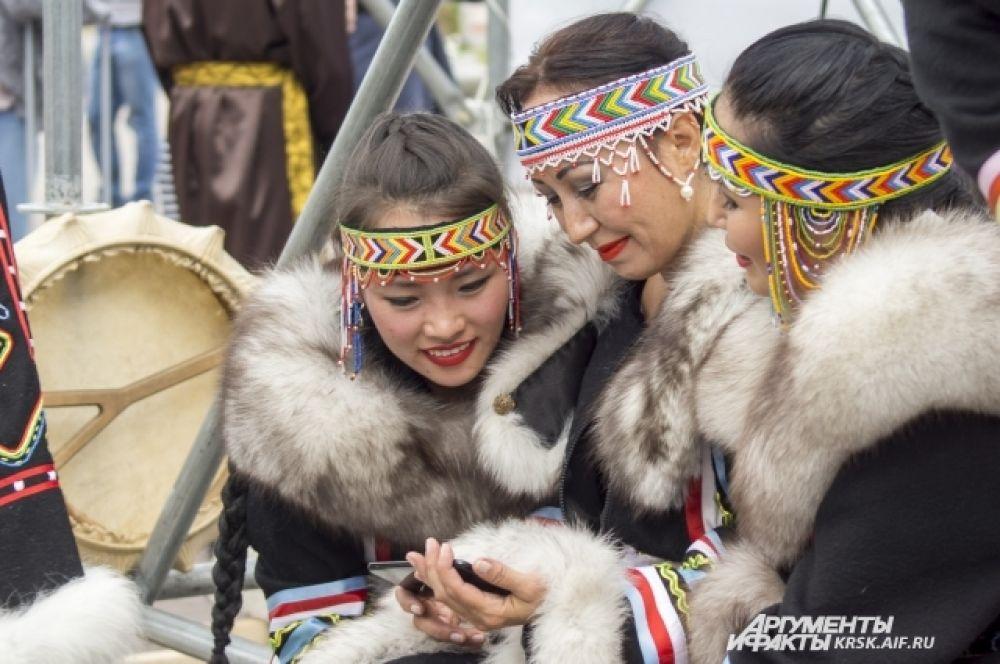 Девушки-долгане демонстрируют народный костюм.