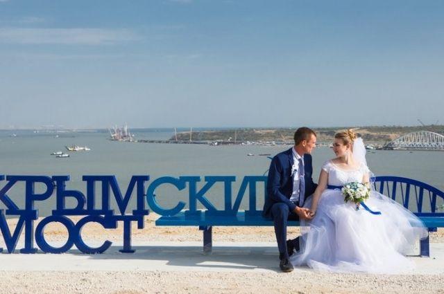 ВКерчи установили скамейку «Крымский мост» свидом напролив
