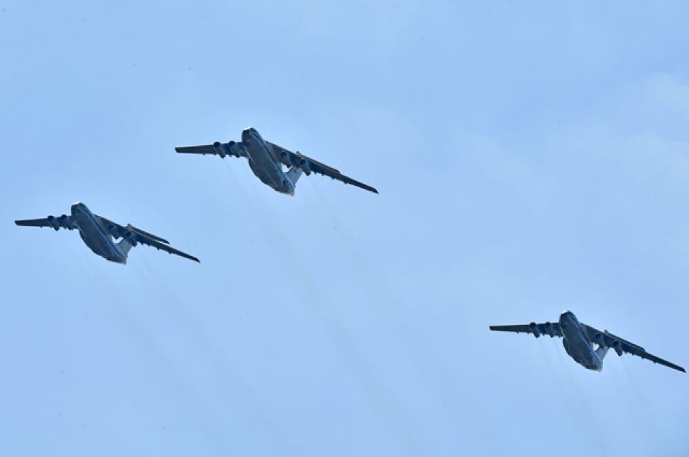Тяжёлые военно-транспортные самолёты Ил-76.