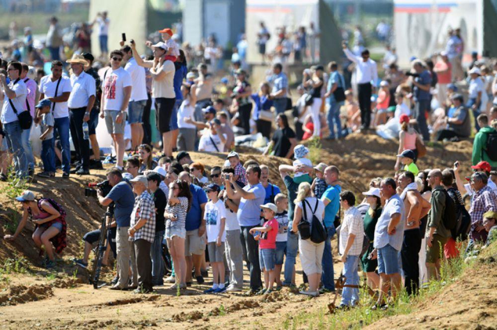 Зрители во время воздушного парада.