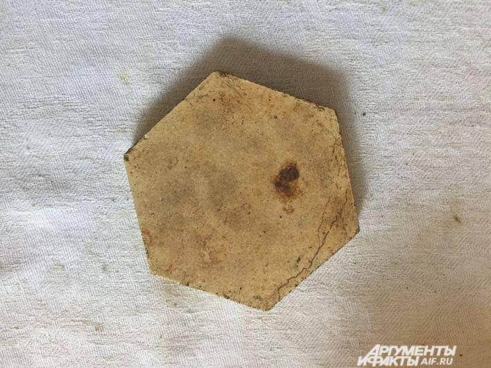 Такой плиткой был покрыт пол в храме. Позже именно такой плиткой покрыли и пол Белогорского монастыря.