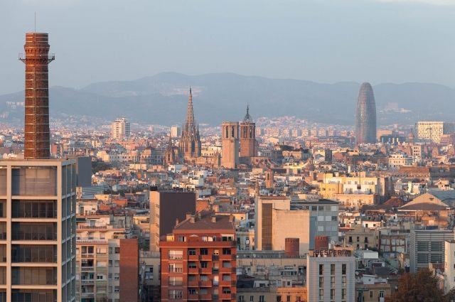 Граждане  Барселоны вышли на берег  протестовать против наплыва туристов