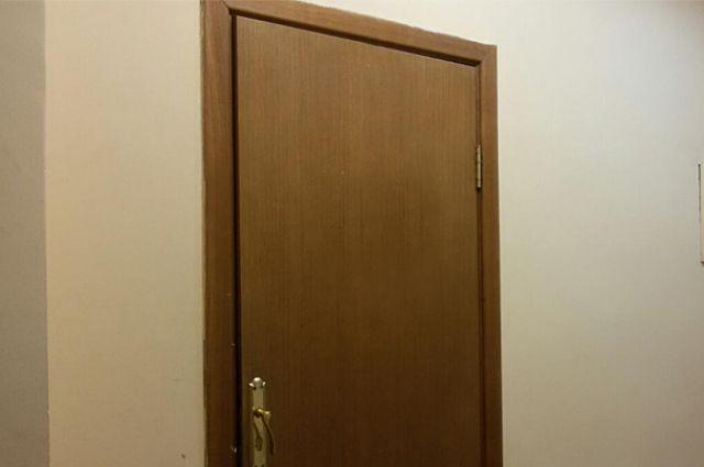 В дежурную часть позвонил дедушка ребёнка. Он рассказал, что его двухлетний внук закрылся в комнате изнутри и открыть дверь самостоятельно не может.