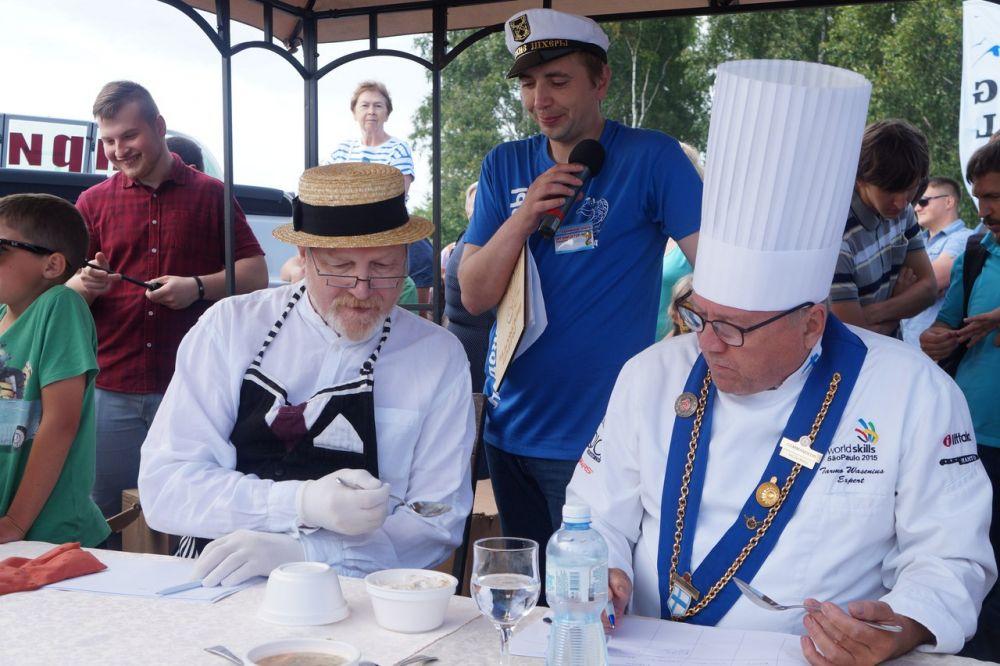 Кузьмич пробует блюдо