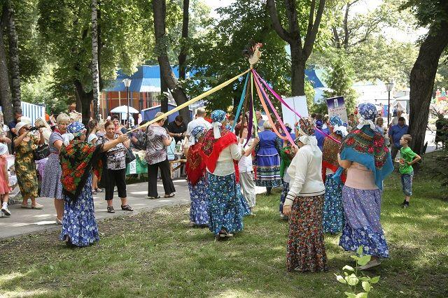 Фольклорные коллективы устраивали целые театрализованные представления.