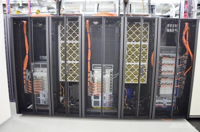 Это фабрика по производству услуг Интернета для всего региона. Каждая плоскость позволяет организовать плотность трафика до 6 Тб/с. Для сравнения – Екатеринбург и Свердловская область по трафику не дотягивает и до 1 Терабайта. Это фабрика Интернета.