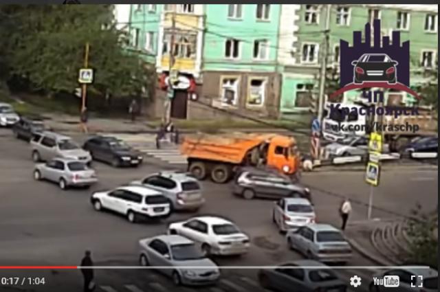 Мужчина упал, отлетев в сторону дорожного разделителя.