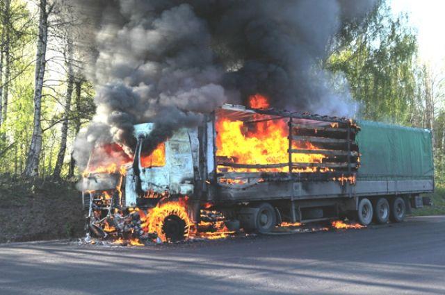 Пожарные Ноябрьска ночью тушили мощный грузовик