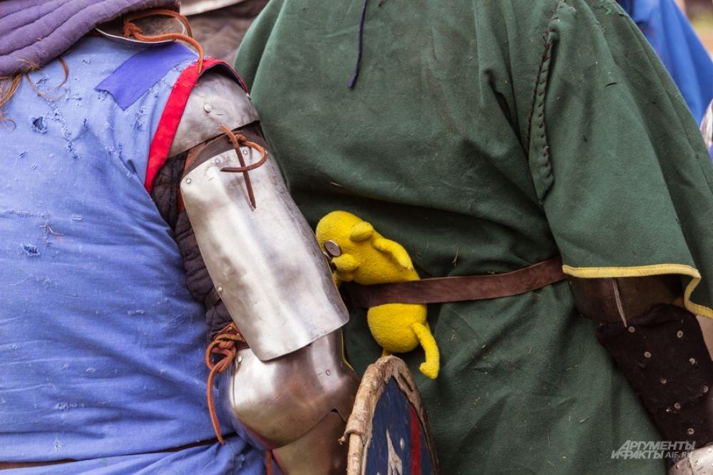Дни проведения фестиваля выдались жаркими, поэтому рыцарям было особенно тяжело сражаться.