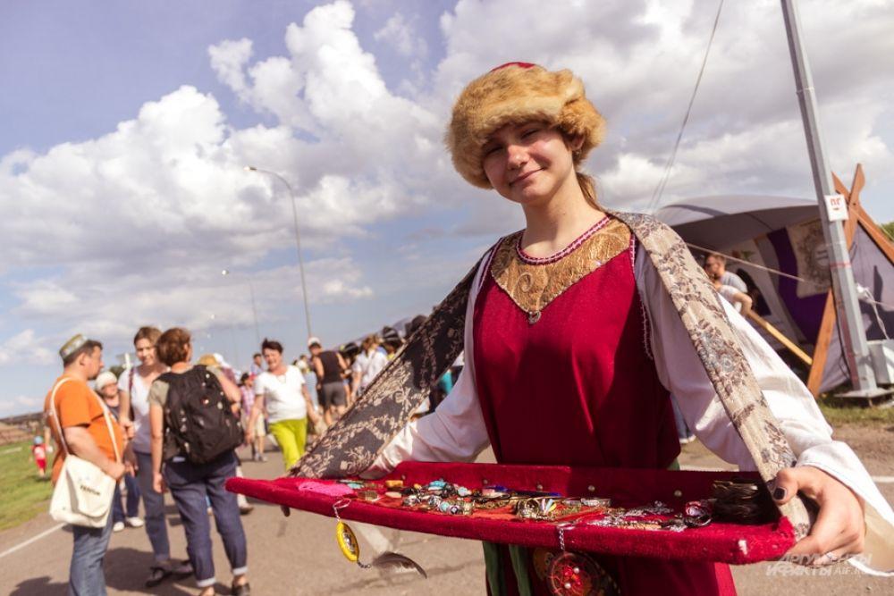 На территории музея-заповедника раскинулась ярмарка, на которой продавали сувениры, посуду, украшения, одежду, муляжи оружия в средневековом стиле.
