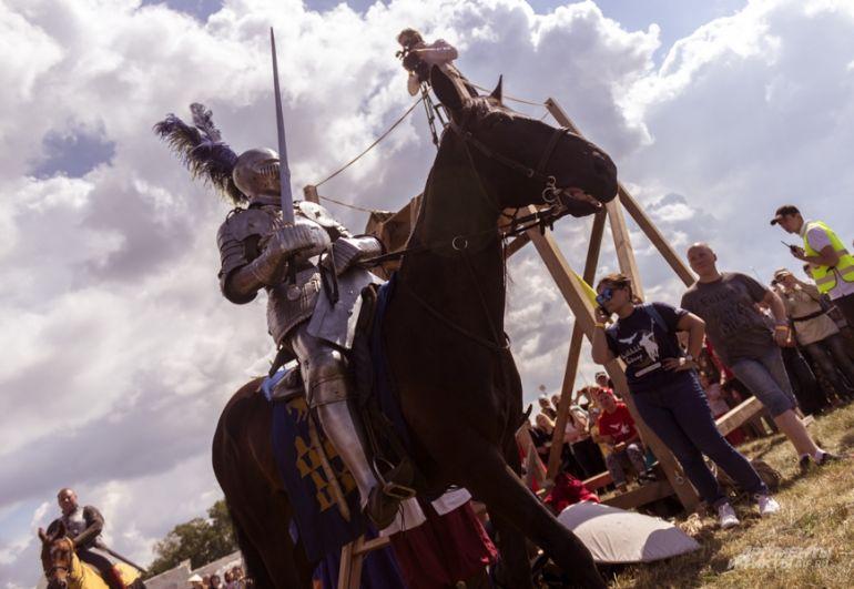 Бои проходили на ристалище, где в нешуточной схватке сходились кавалеристы и пешие воины.