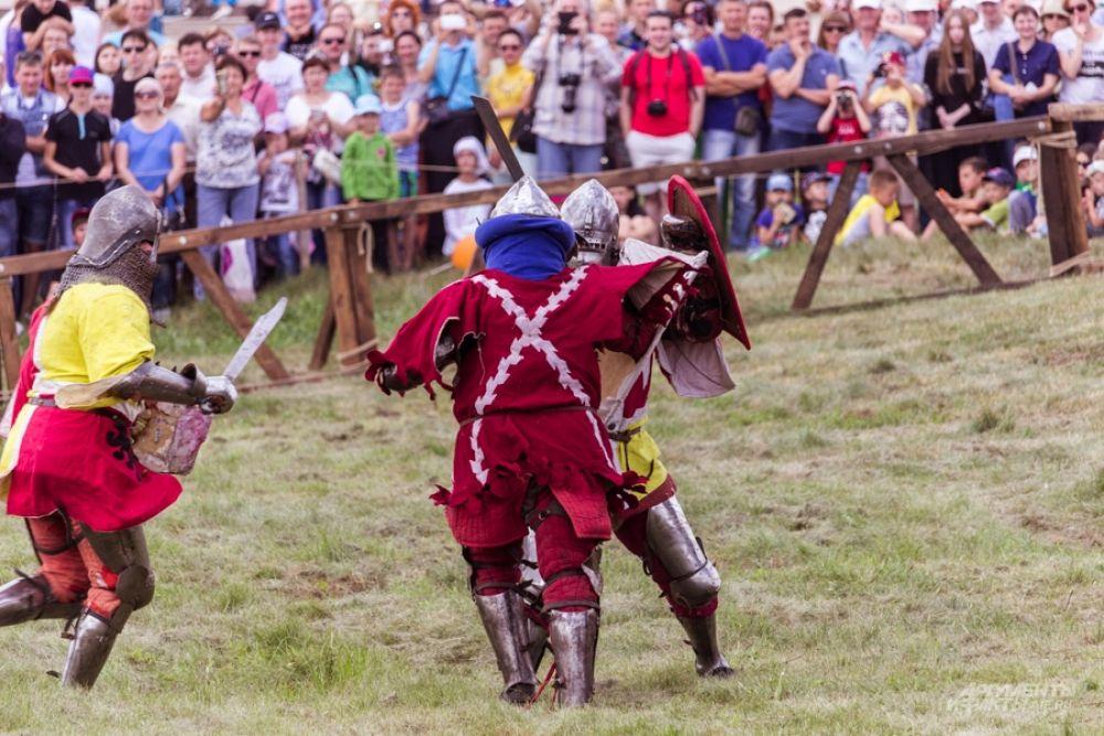 Каждый костюм участника сшит из натуральных тканей – шерсти, льна, хлопка. Доспехи и оружие сделаны из стали. Вес комплекта рыцаря – 25 кг.