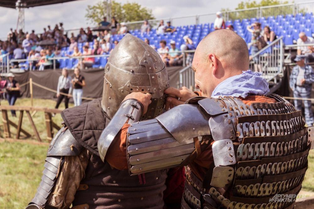 Помогали снимать доспехи рыцарям оруженосцы и другие участники клубов.
