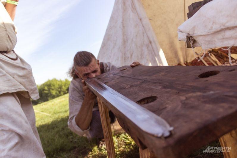 Большое внимание посетителей привлек мастер-класс по изготовлению лука, сабель и стрел.