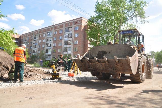 Грязь и мусор вывозят в рамках работ по содержанию.