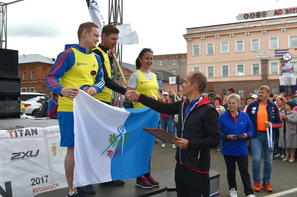 Вместе с Александром Бречаловым награды вручают прославленные спортсмены — Галина Кулакова и Иван Черезов.