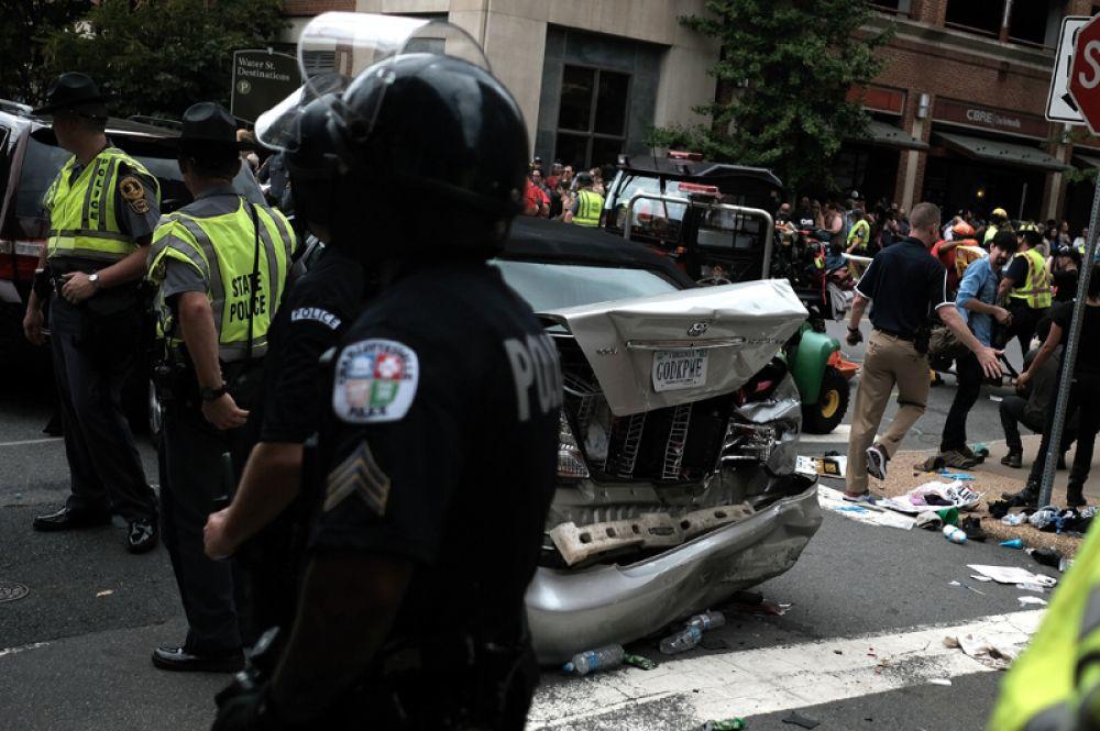 В субботу автомобиль врезался в группу противников акции ультраправых, в результате чего 19 человек получили ранения и один погиб.