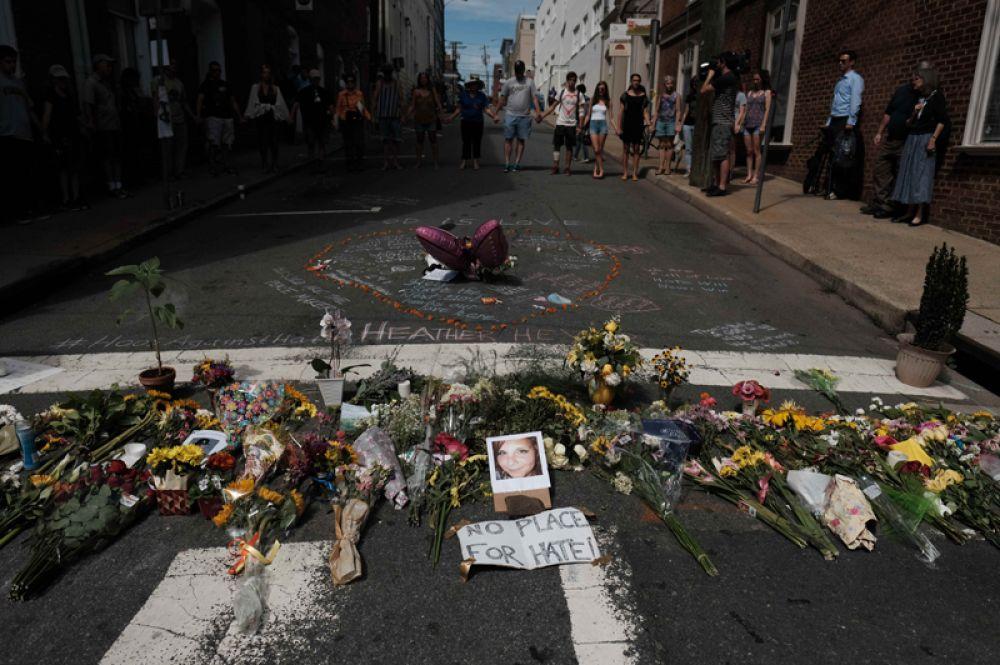 Цветы и фотография Хизер Хейер, погибшей от наезда машины, в Шарлоттсвилле.
