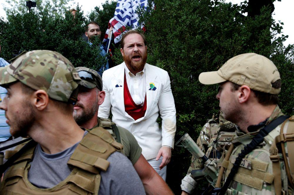 Всего в город прибыли от двух до шести тысяч ультраправых, в том числе члены неонацистских организаций и «Ку-клукс-клана».