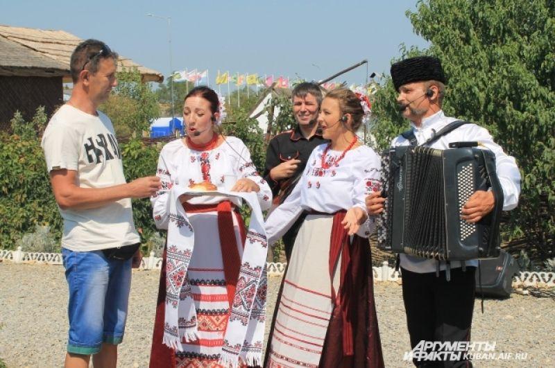 Музыкальный ансамбль «Калита» встречал гостей хлебом-солью.
