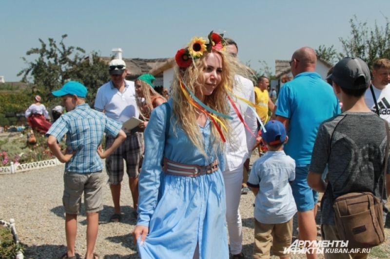 Туристы и сами старались нарядиться в костюмы, похожие на национальные казачьи.