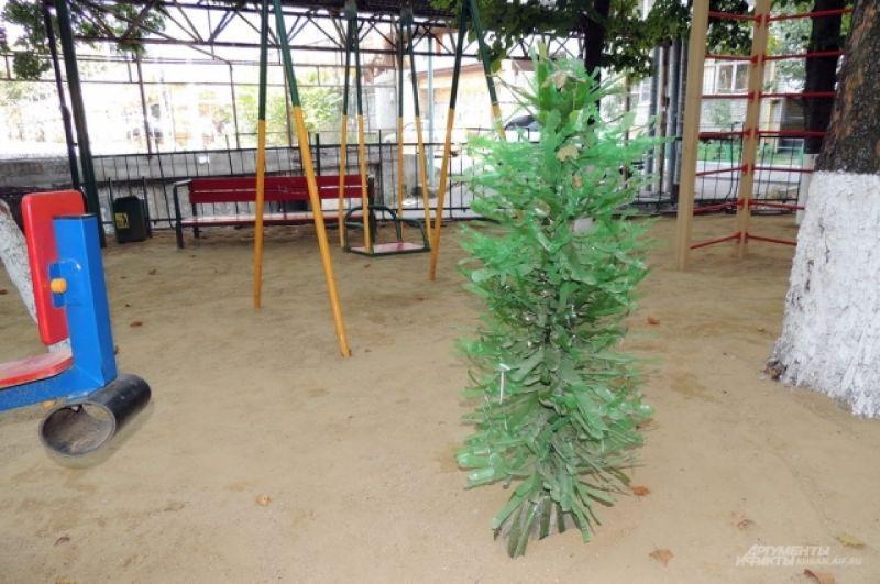 Дерево из пластиковых бутылок на то же самой площадке (ул. Московская, 84).