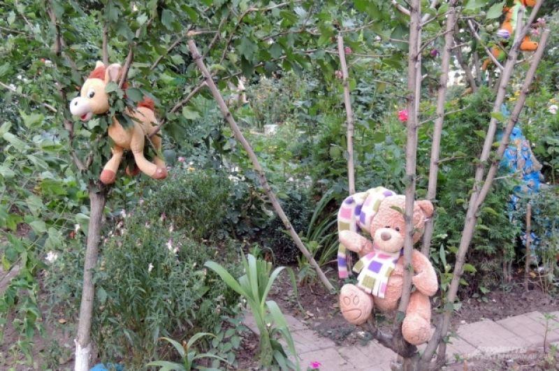 Территория с другой стороны того же дома украшена преимущественно мягкими игрушками (ул. Школьная 15/2).