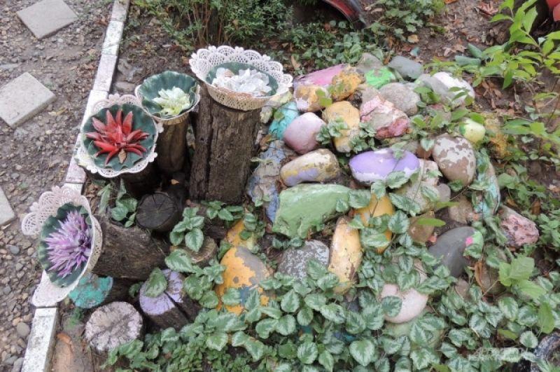 Один из элементов композиции - груда разукрашенных камней (ул. Московская, 66).
