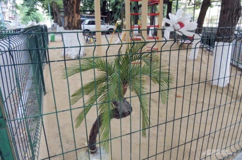 Самодельная искусственная пальма на детской площадке (ул. Московская, 84).
