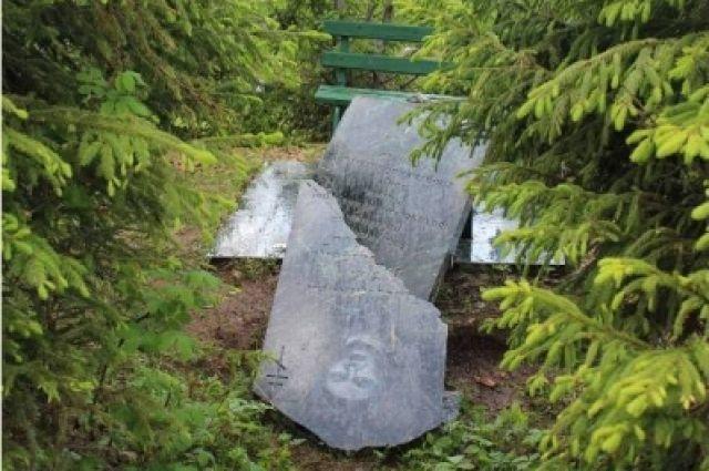 От рук подростков пострадали памятники из гранита и мрамора.