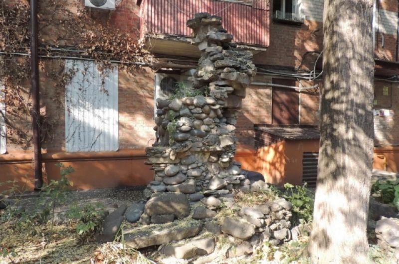 Кому-то из жильцов этого дома захотелось иметь под окнами собственную «скалу» (ул. Ставропольская, 262).