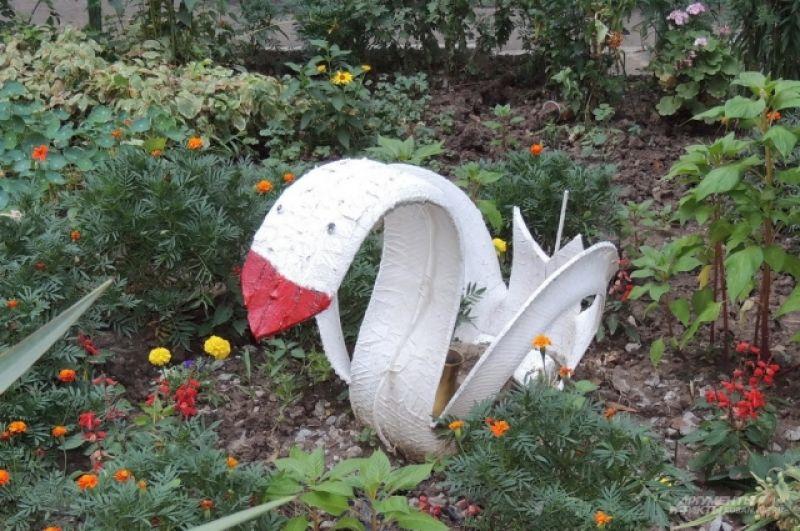 Этот лебедь из покрышки «поселился» у того же самого дома (ул. Московская, 66).
