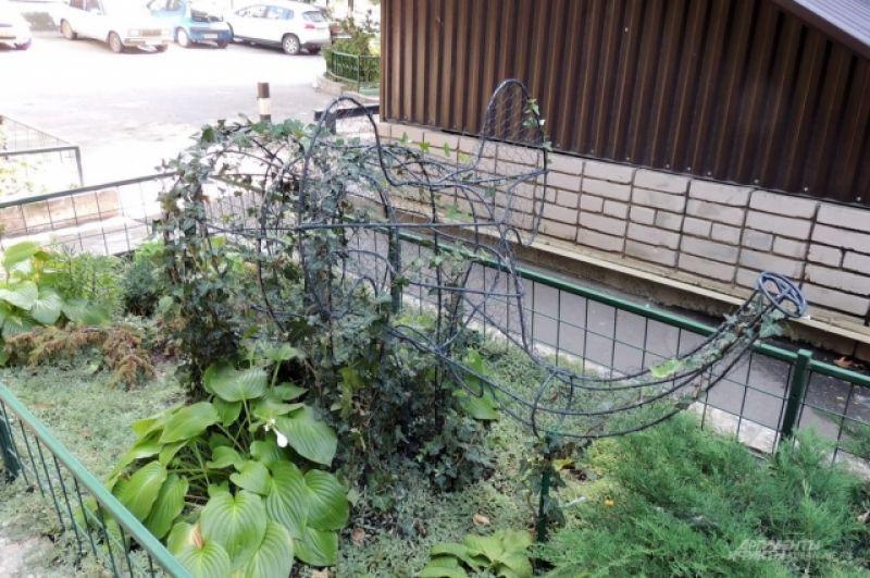 Когда эта конструкция полностью обрастёт плющом, получится зелёный слон (ул. Московская, 80).