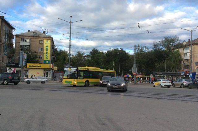 Автобус выезжал с конечной остановки.