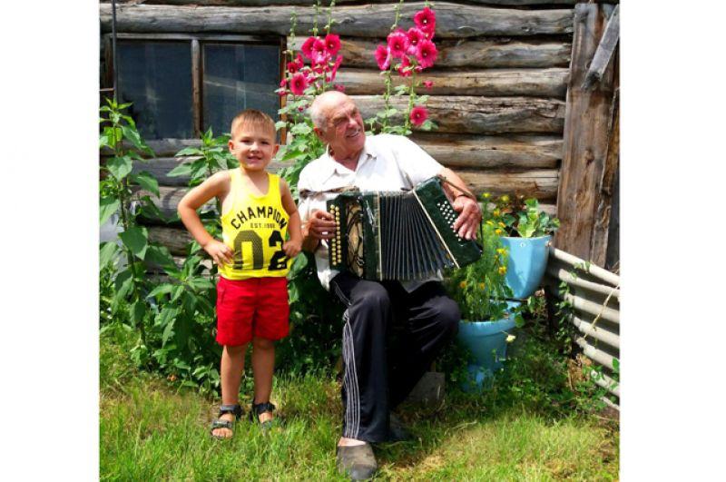 Матвей Иванов. Матвей с прадедом Брониславом в с. Боровом. Матвею 3 года, прадеду 81 год.