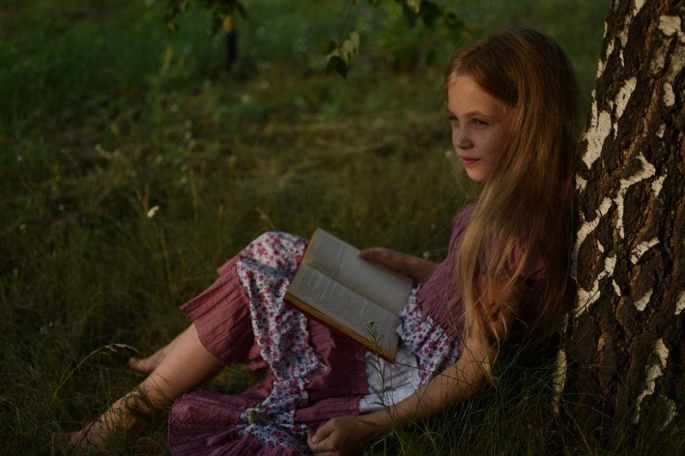 Лина Щербакова. Юная барышня уверена, что для книги всегда есть время, в том числе и летом. Фото в летний вечер получилось просто волшебным - Лина в Зазеркалье.