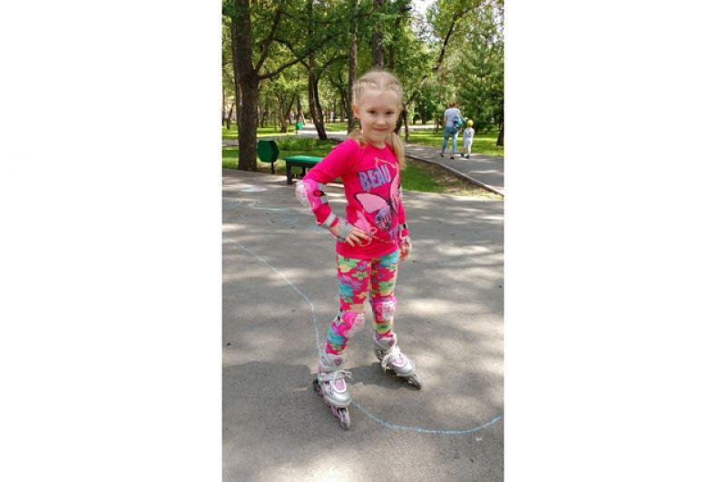 Злата Зозуля. Злате 7 лет. Она очень любит лето, потому что летом можно гулять в парках города, ходить на пляж, кататься на роликах и просто гулять на улице с друзьями!