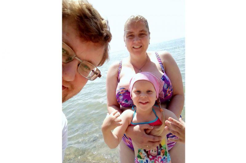 Ирина Мосензон. Ирине 3 года. На Обском море отдыхает с родителями.