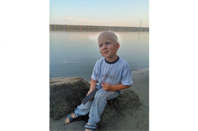 Саша Краснов. Саше 3 года. Его семья проводили лето в деревне Юрт-Ора, Колыванский район. Саша очень любит купаться, а если погода не позволяет, то просто кидать камушки в реку или строить замки из песка. Лишь бы у воды.